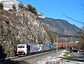 Foto zeigt: Rot-blaue Lokomotion-Zwitter 186.444 im Inntal
