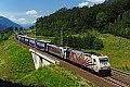 am Foto: Rotes Zebra-Tandem vor dem INTERCOMBI-Zug