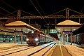 am Foto: Nachtaufnahme von 1216.018 mit EC 30 im verschneiten Bahnhof Tarvis
