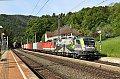 Foto zeigt: GySEV 470.504 + 1144.008 mit Containerzug im Bahnhof Breitenstein (Semmeringbahn)